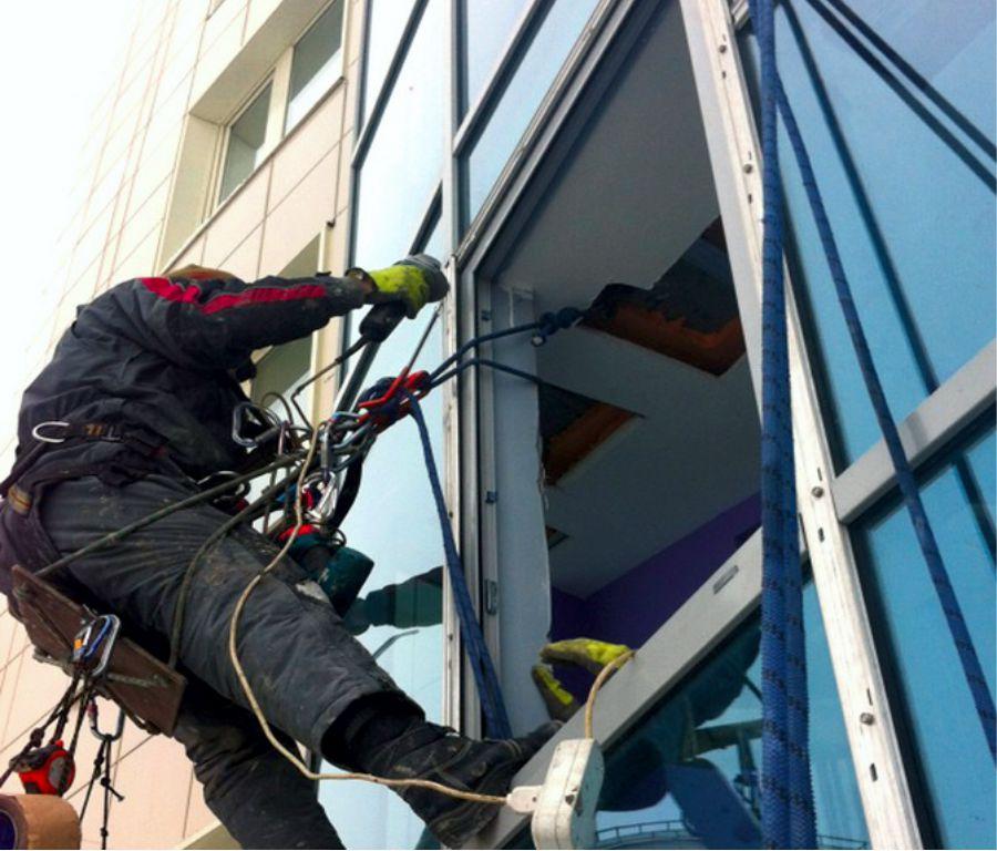Монтаж стеклянных фасадных конструкций.